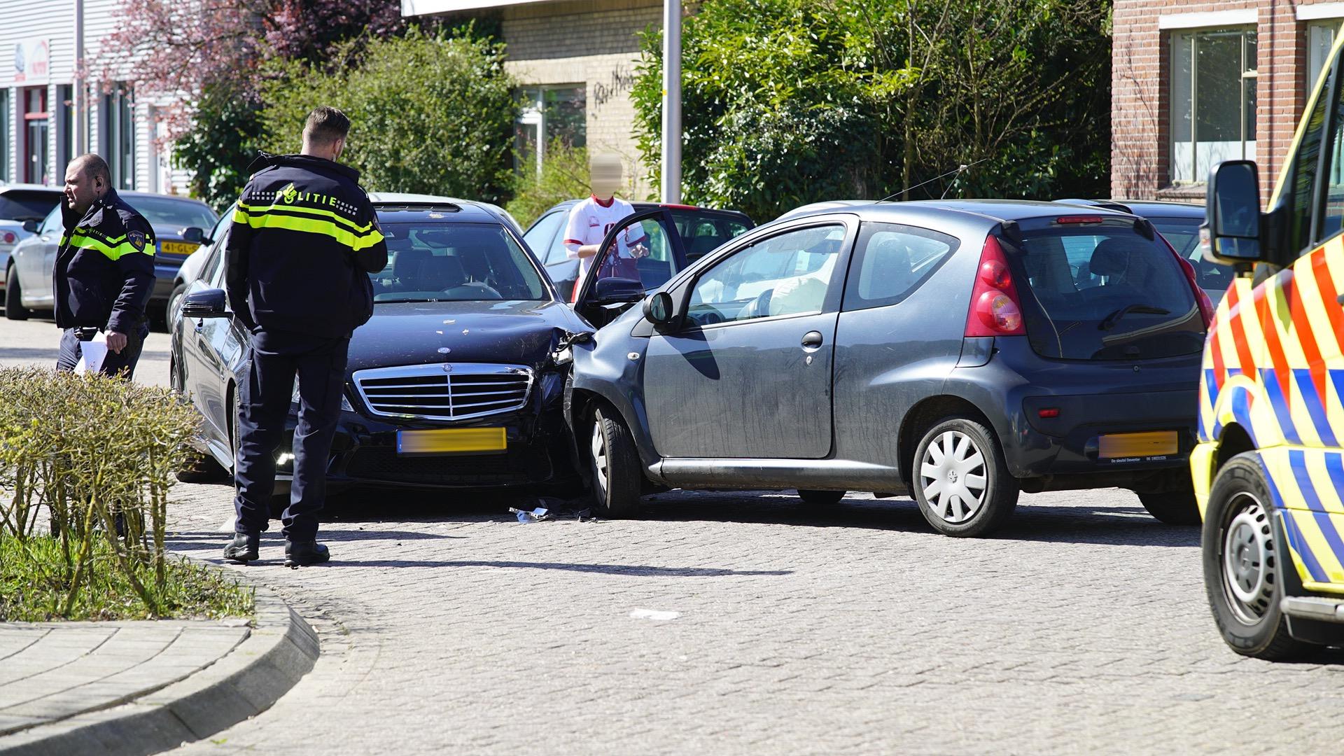 Gewonde bij frontale botsing in Deventer.