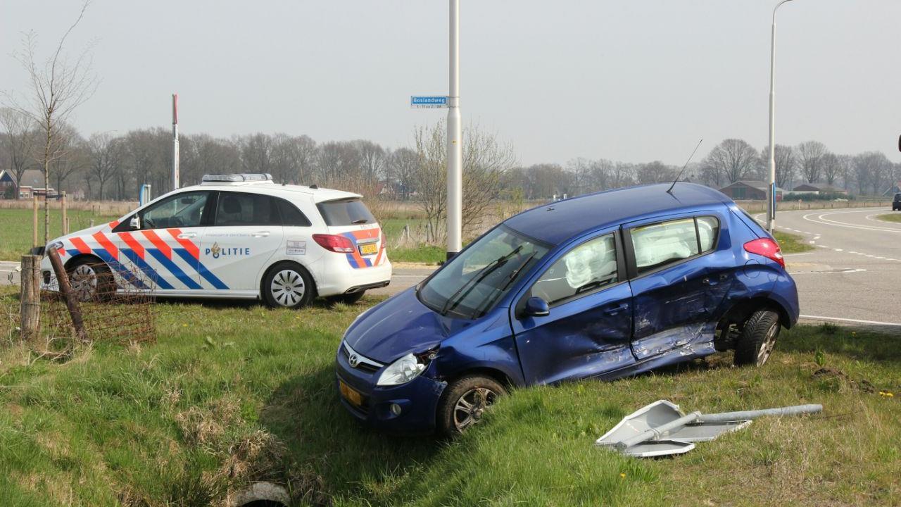 Auto in de sloot na botsing met bestelbus in Vriezenveen.
