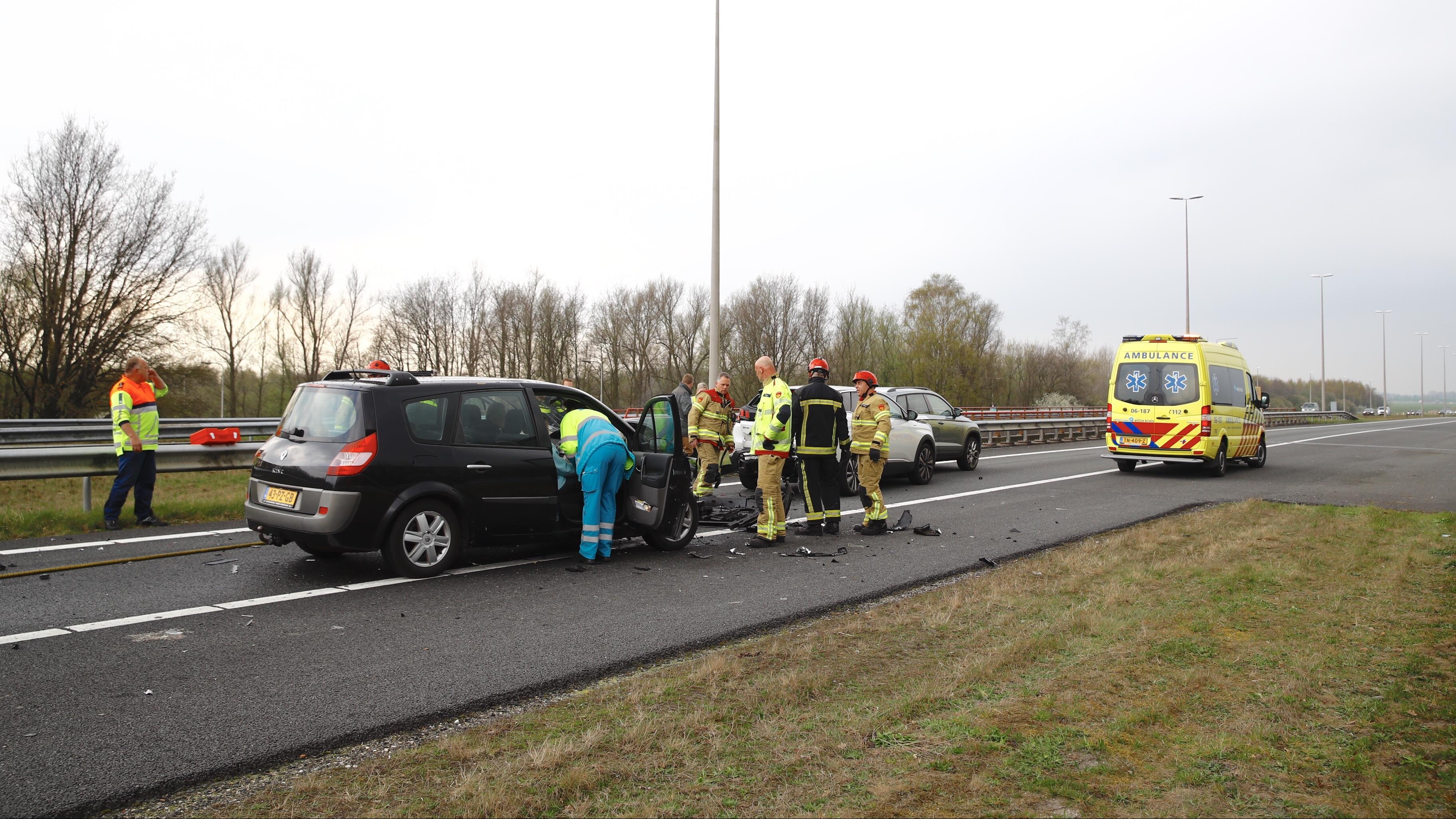N50 richting Kampen dicht door ongeluk met drie voertuigen.