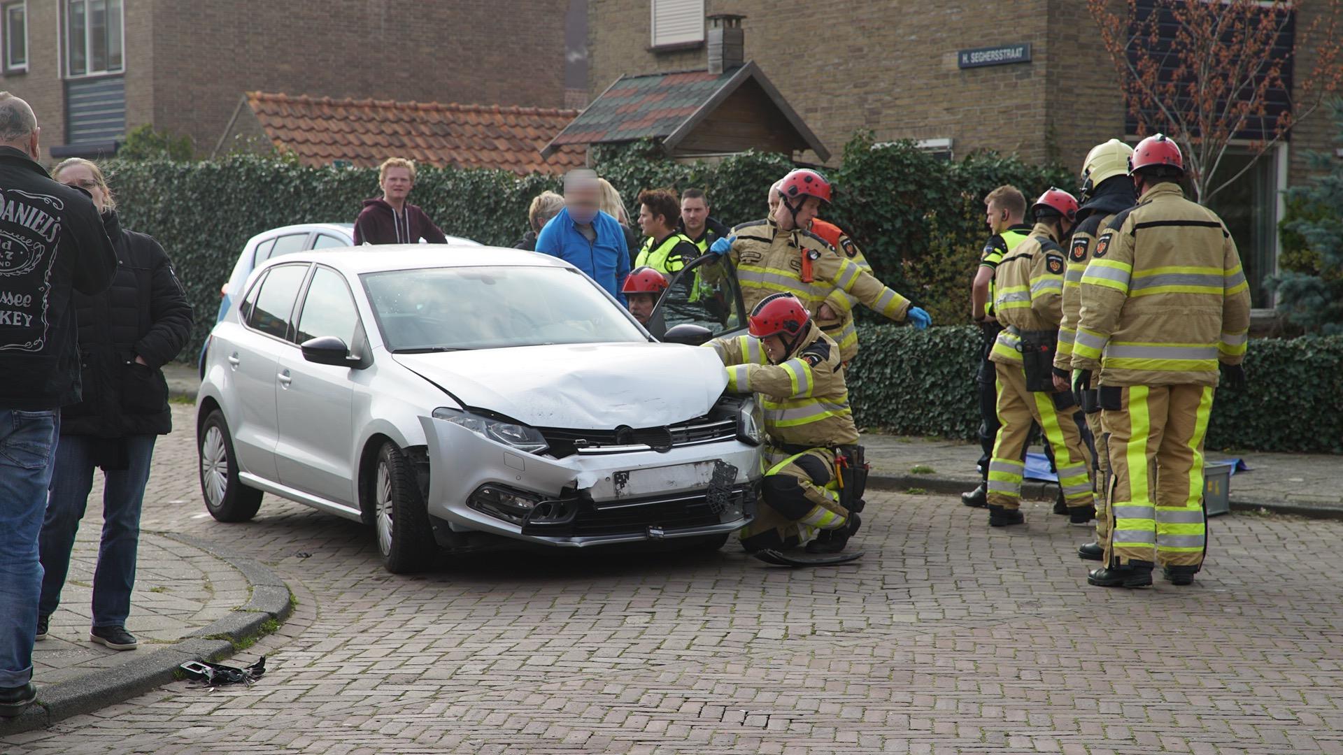 Politie bevrijdt vrouw uit auto na ongeval in Deventer.
