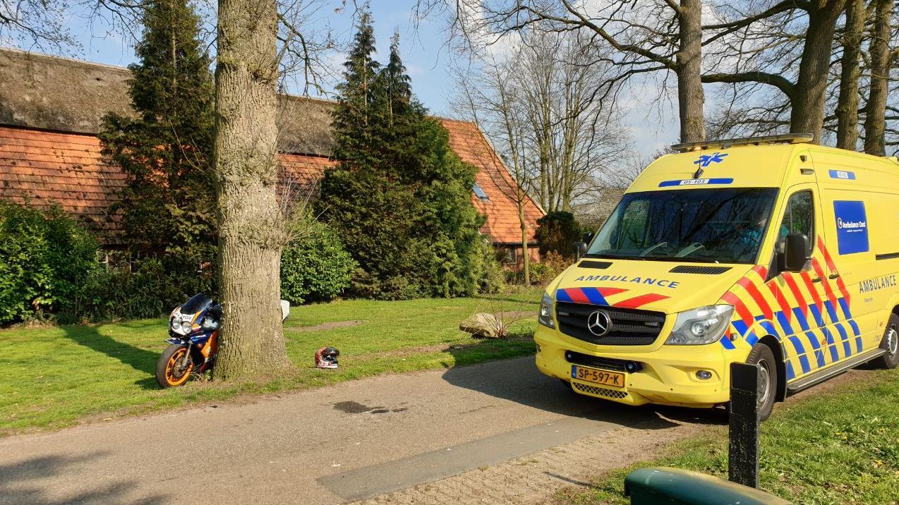 Motorrijder raakt gewond na aanrijding met hond in Hengevelde.