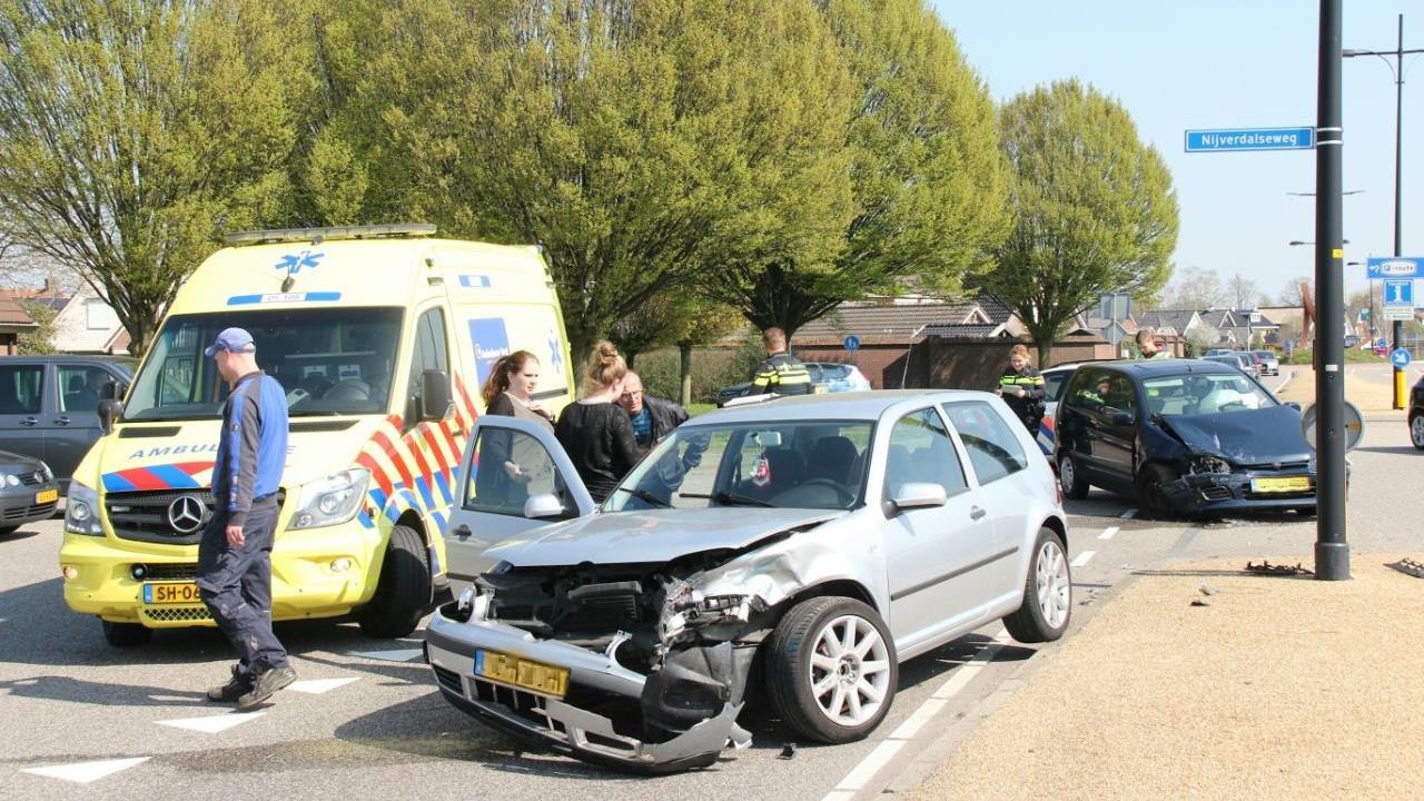 Vrouw gewond bij frontale botsing tussen twee autos in Rijssen.