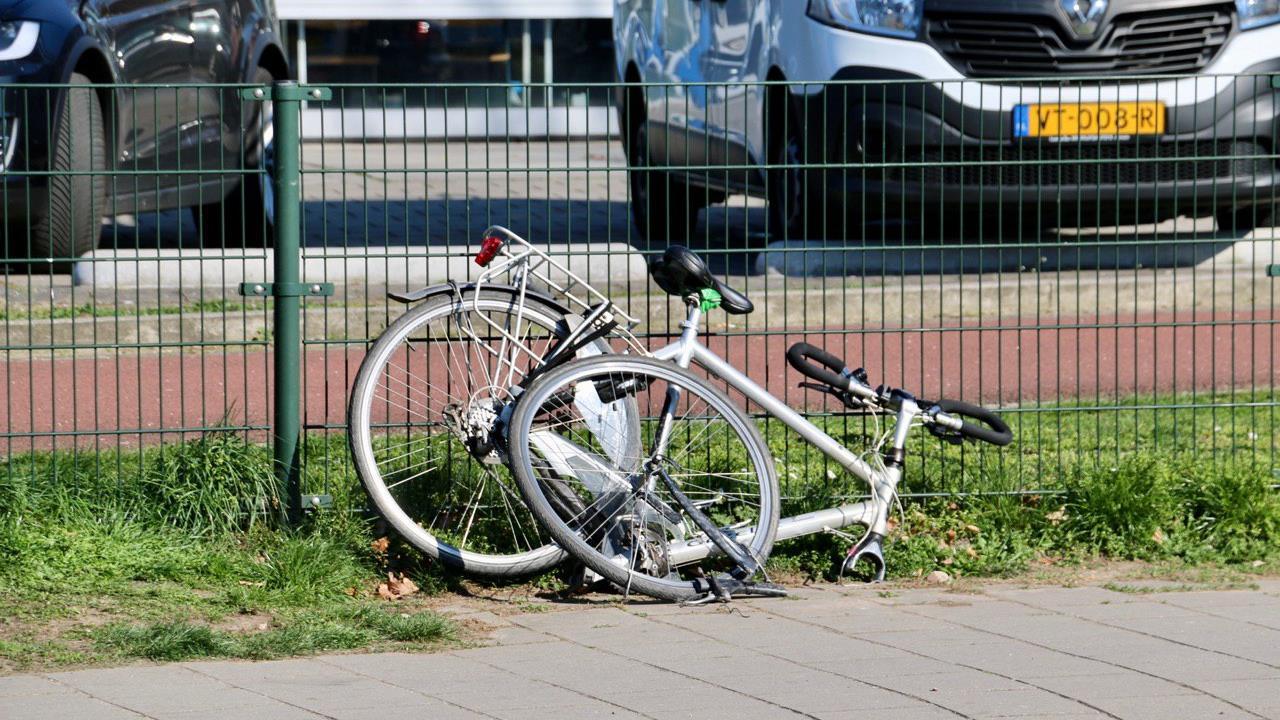 Fietser naar ziekenhuis na botsing in Oldenzaal.