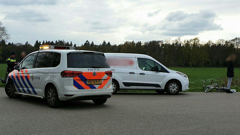 Fietser gewond na aanrijding bestelbus in buitengebied Enschede.