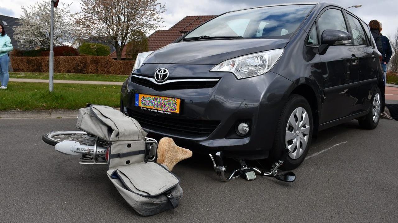 Fietsster moet mee naar het ziekenhuis na aanrijding met auto in Den Ham.