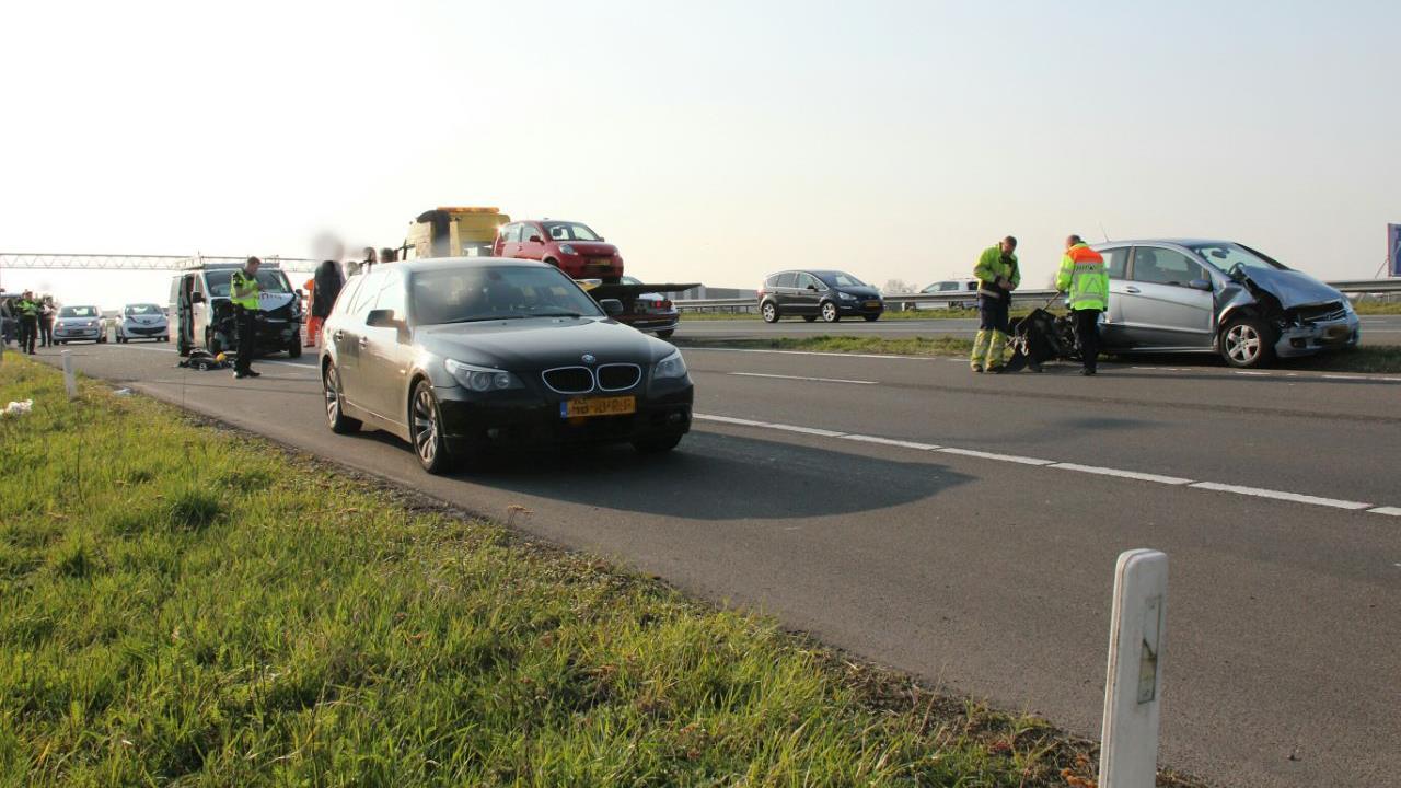 Kettingbotsing met vijf autos en een bedrijfsbus op A35 bij Almelo.