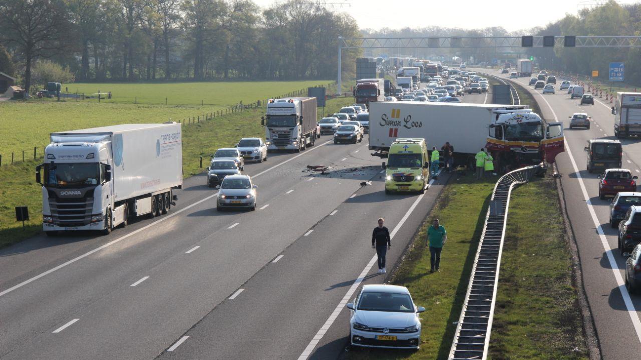 Flinke verkeershinder A1 tussen Hengelo en Deventer na botsing vrachtautos.