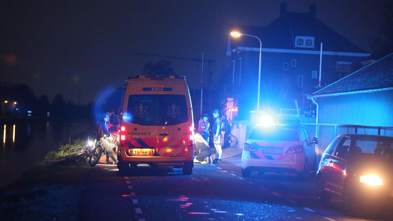 Mountainbiker naar ziekenhuis na val in kanaal bij ongeluk in Vriezenveen.