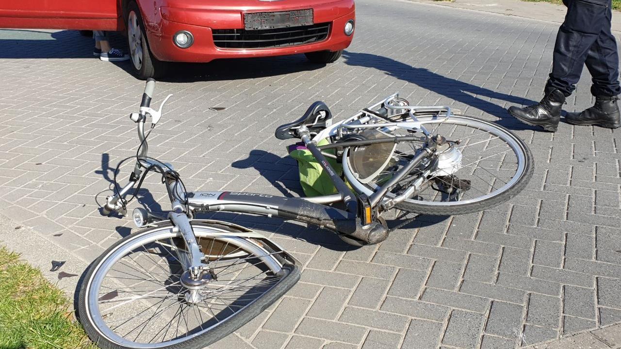Fietser gewond naar ziekenhuis na aanrijding in Hengelo.