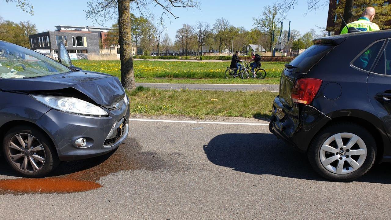 Weg afgesloten in Hengelo na ongeluk met meerdere autos.