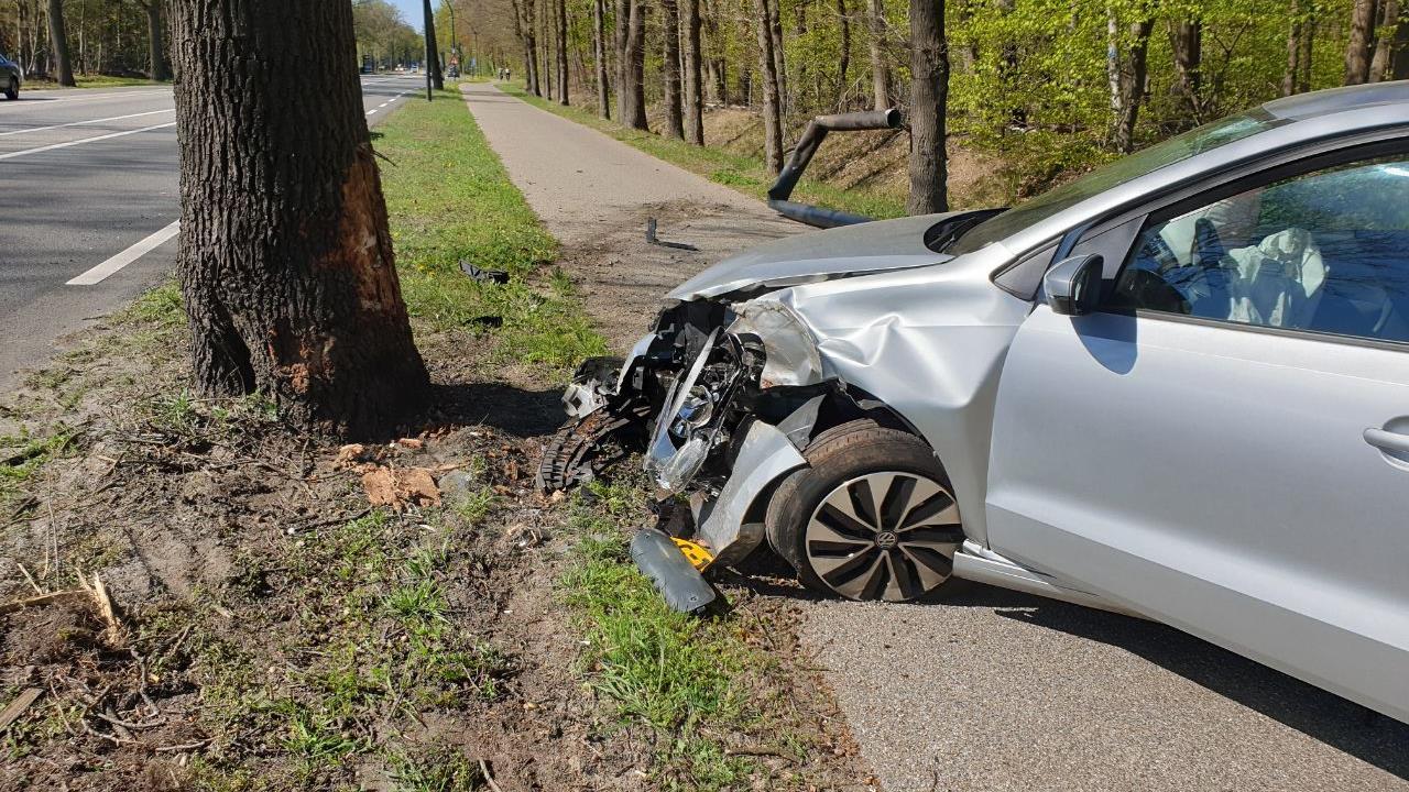 Automobilist met schrik vrij, maar auto wel zwaar beschadigd bij eenzijdig ongeluk Hengelo.