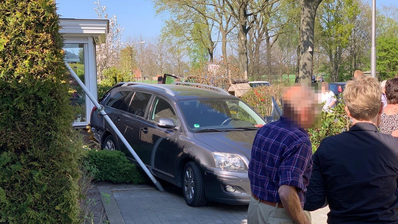 Auto belandt in tuin na botsing bij inhalen in Den Ham.
