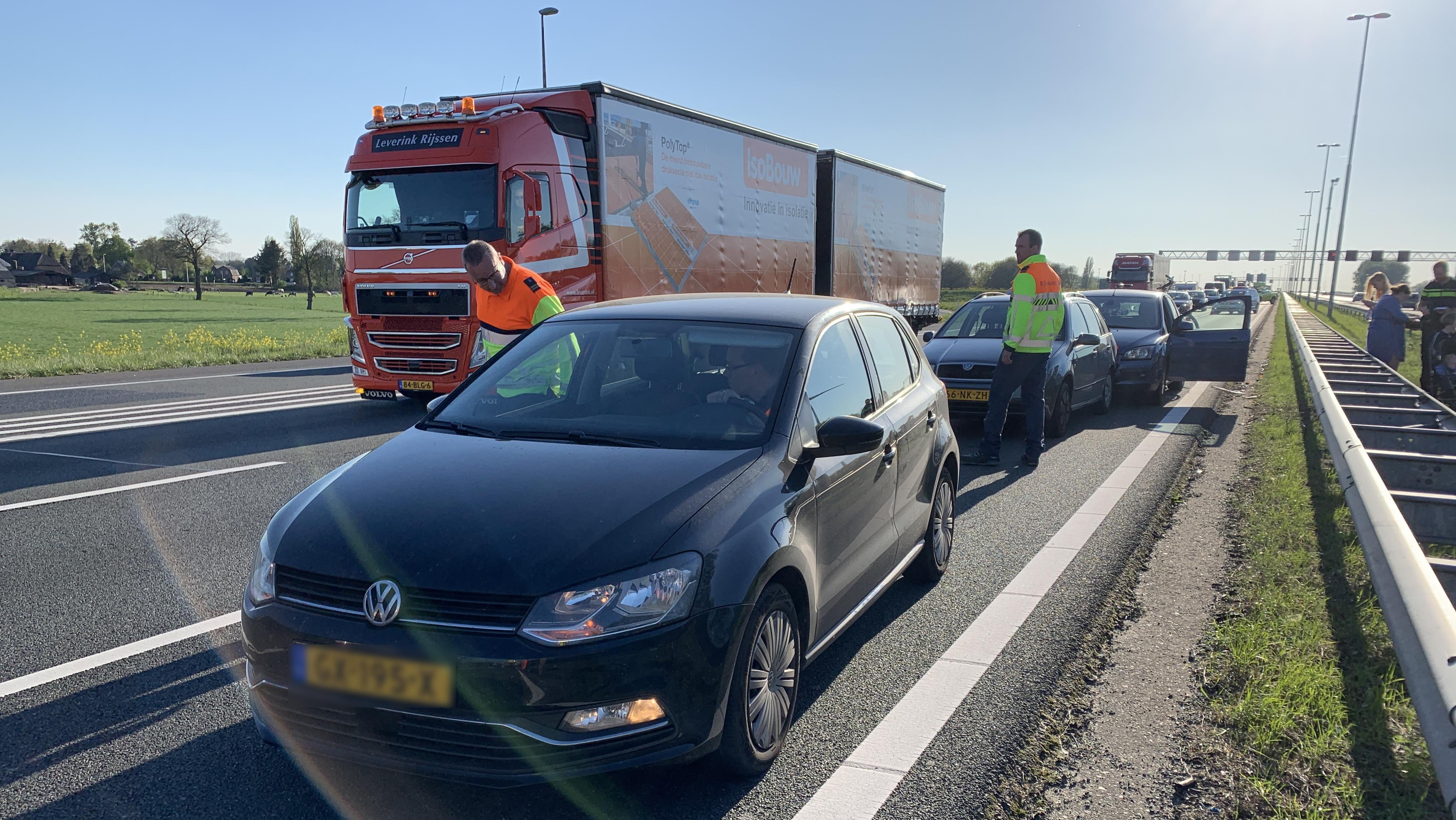 Kop-staartbotsing met vier autos op A1 bij Deventer.
