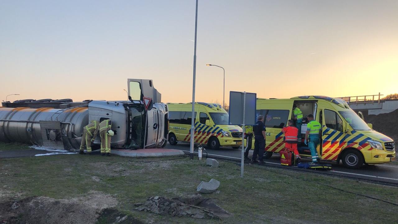 N34 richting Coevorden afgesloten door gekantelde tankwagen.