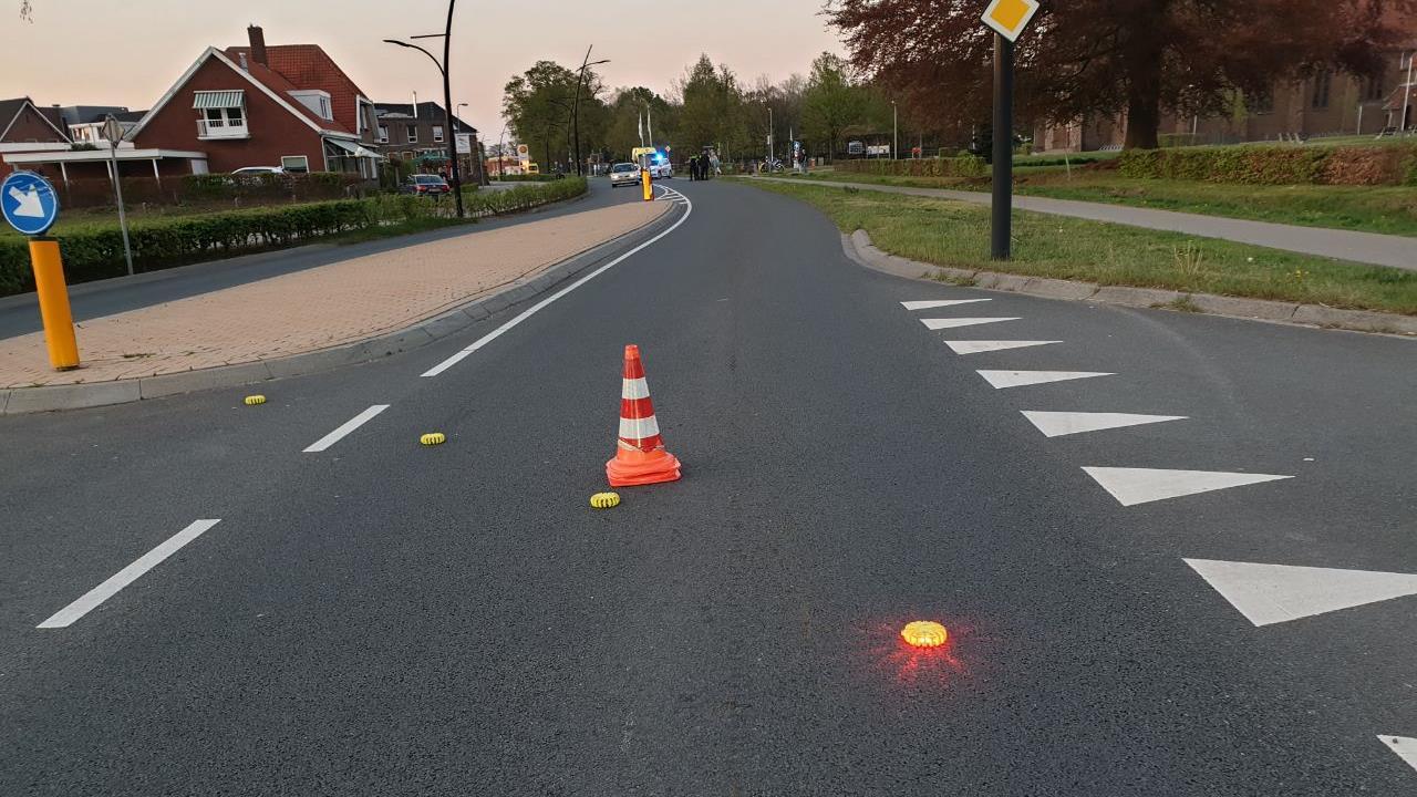 Twee gewonden bij ongeluk tussen auto, motor en fietsster in Beckum.