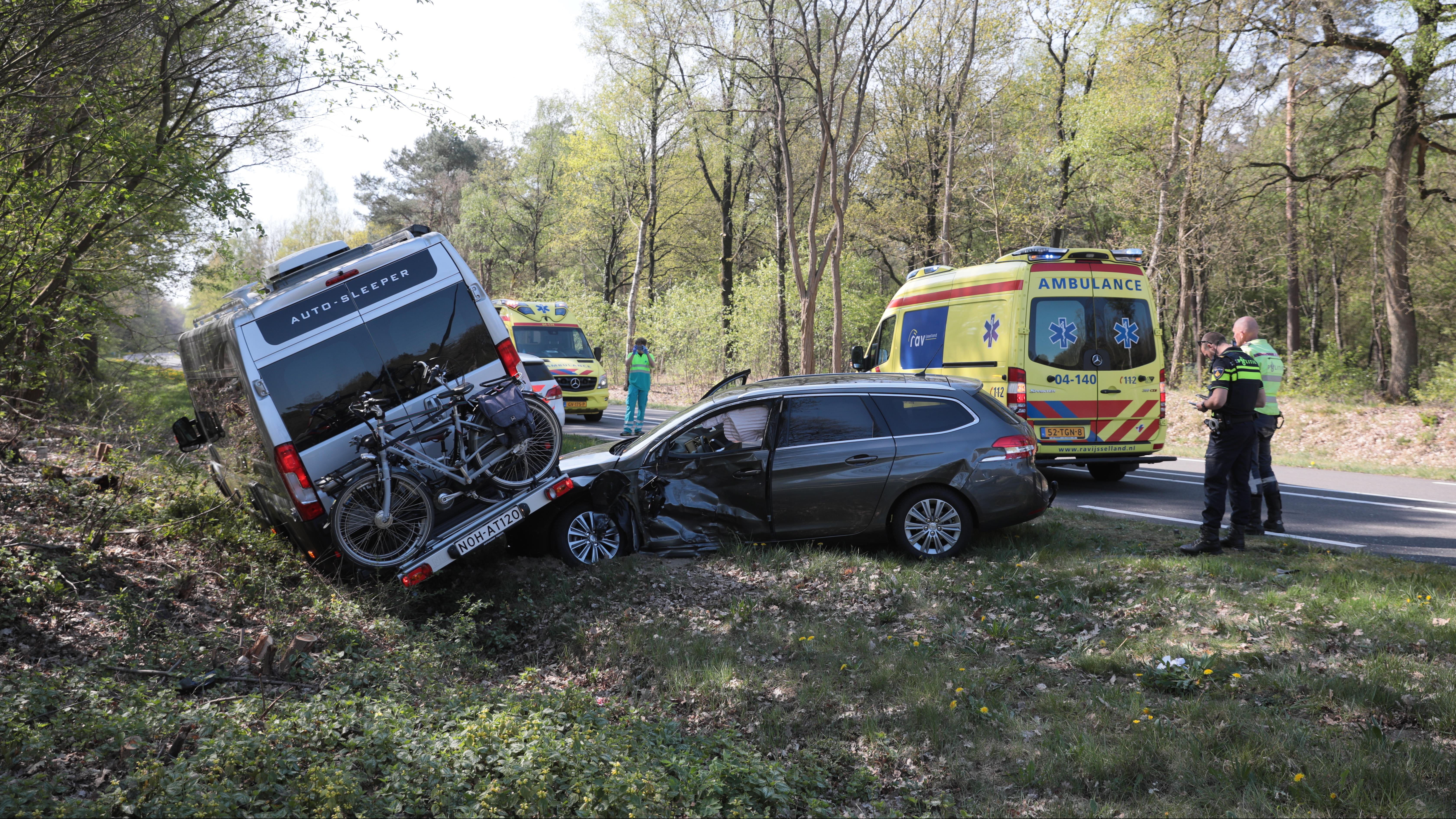 Auto en camper belanden boven op elkaar door aanrijding N347 bij Lemele.