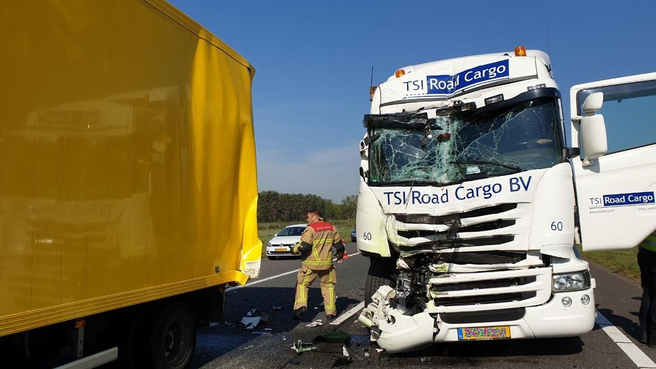 Ongeluk met drie vrachtwagens op A35 bij Enschede.
