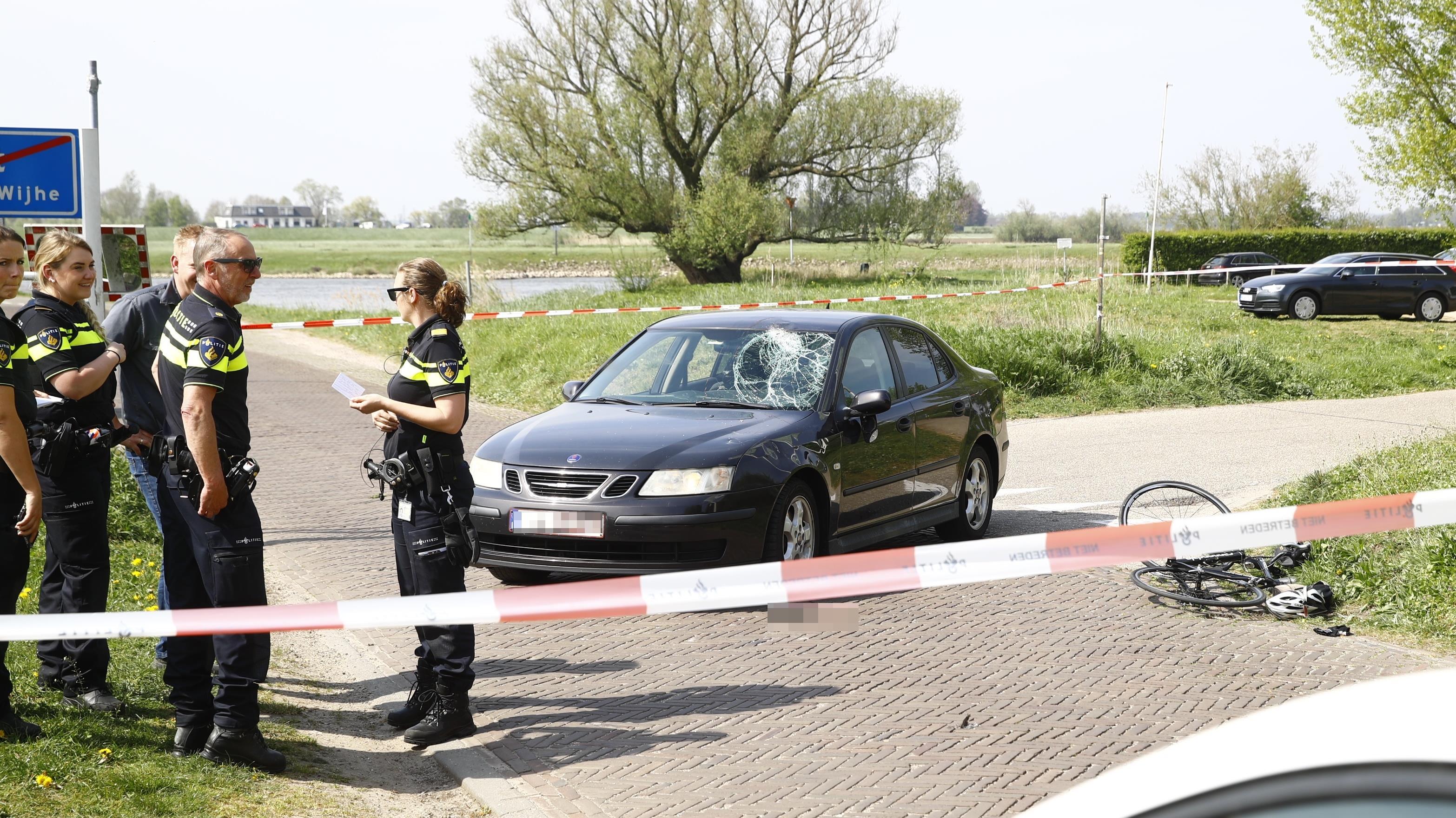 Wielrenner zwaargewond bij aanrijding in Olst.