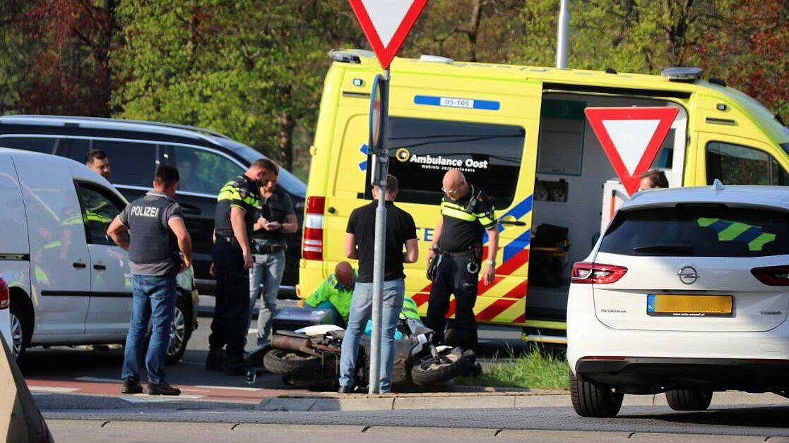 Scooterrijder raakt gewond bij aanrijding De Lutte.
