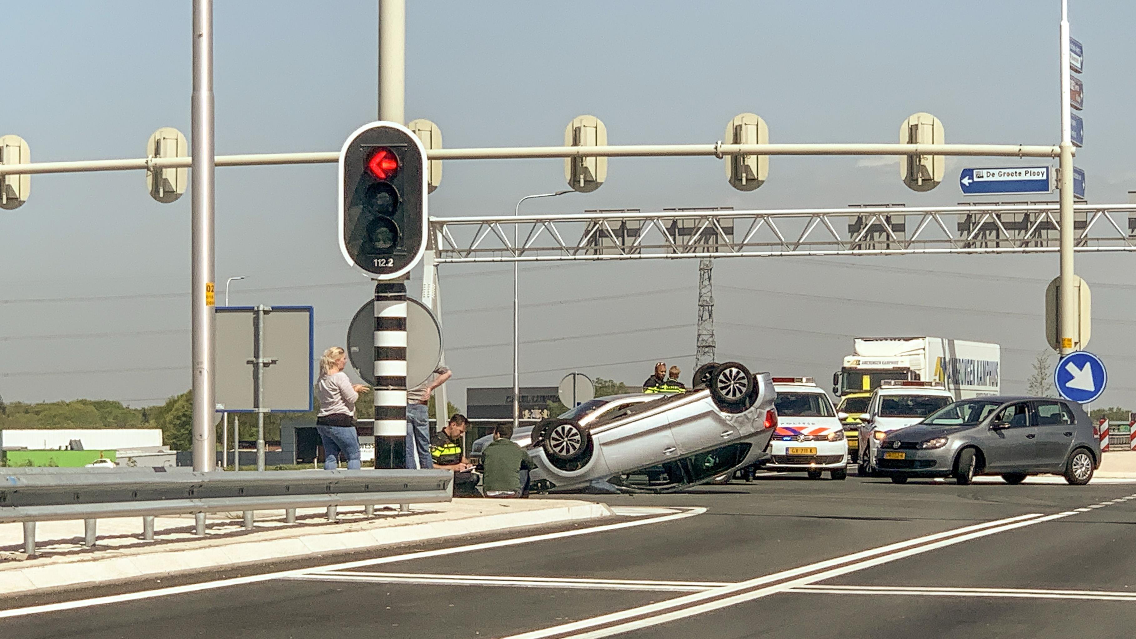 Auto slaat over de kop door aanrijding in Enschede.