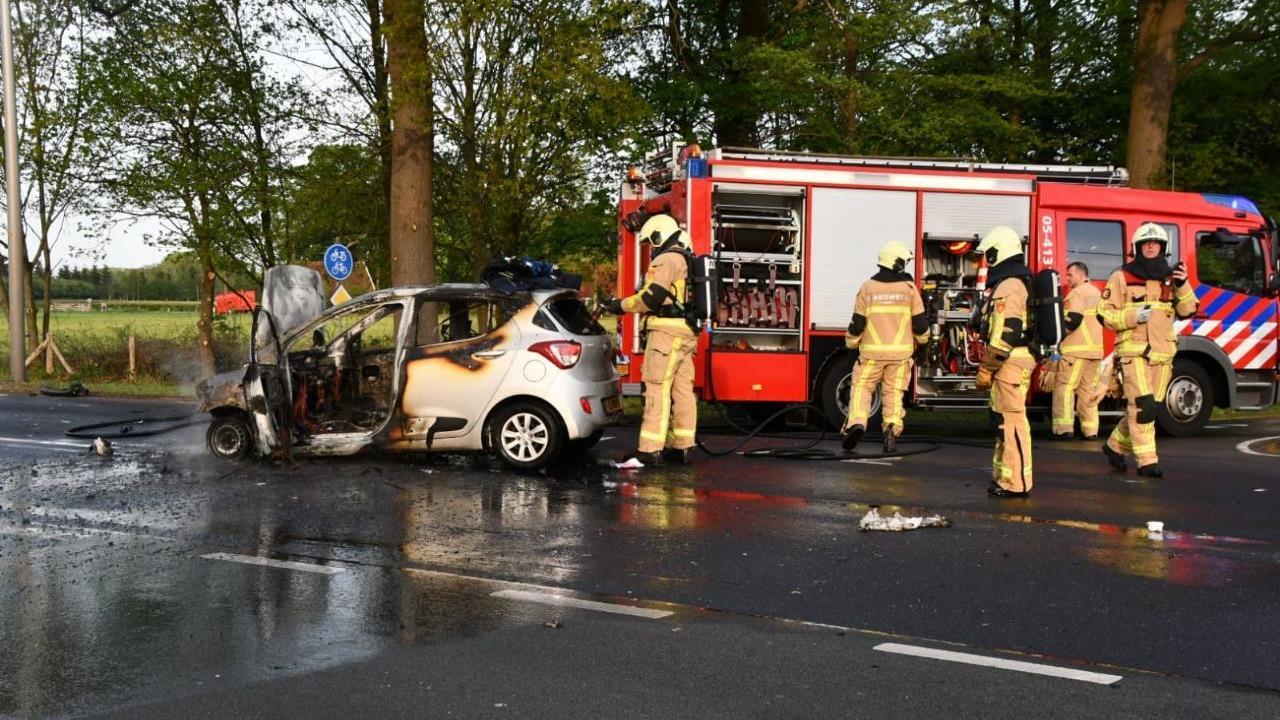 Auto in vlammen op door aanrijding in Usselo.