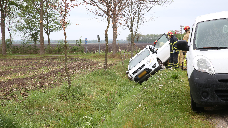 Auto eindigt in droge sloot bij ongeluk in buitengebied Wierden.