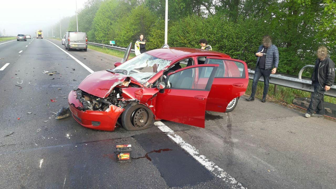 Auto zwaar beschadigd na aanrijding met vrachtwagen op A1 bij Deventer.