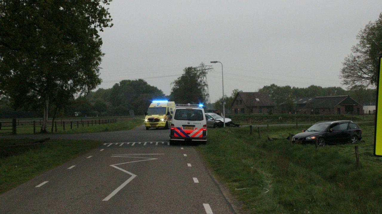 Auto belandt na aanrijding in Holten in het weiland, vrouw naar ziekenhuis gebracht.