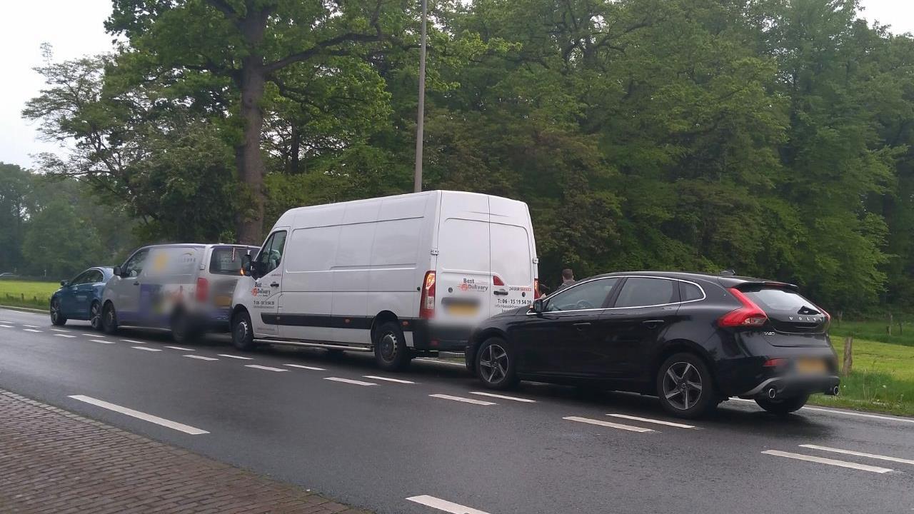Verkeer op N733 bij Enschede muurvast door kettingbotsing.