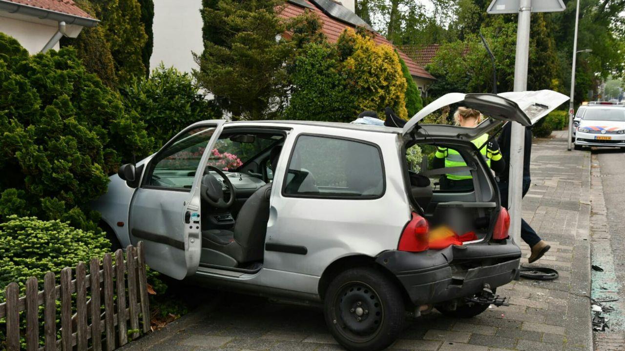 Auto belandt in voortuin na botsing in Enschede.