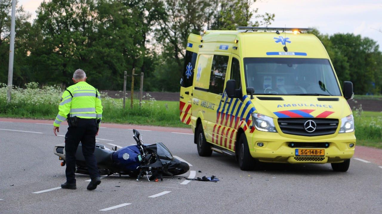 Motorrijder raakt gewond door botsing met auto in De Lutte.