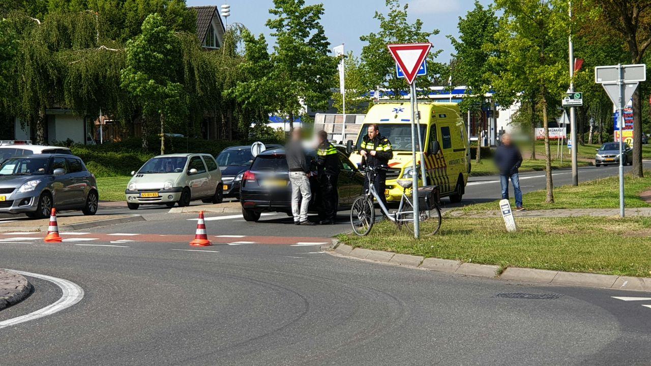 Fietsster gewond bij aanrijding op rotonde in Losser.