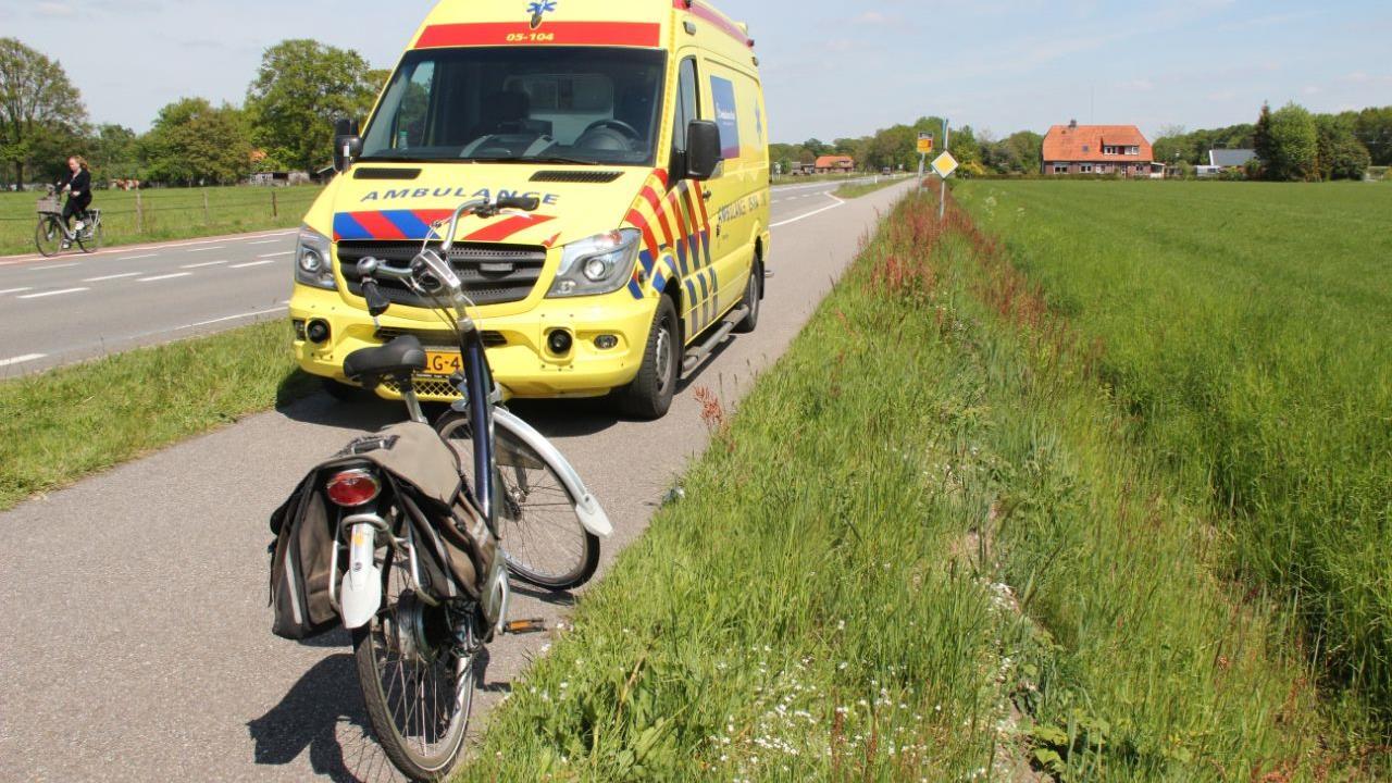 Oudere fietser naar ziekenhuis na aanrijding met auto in Holten.