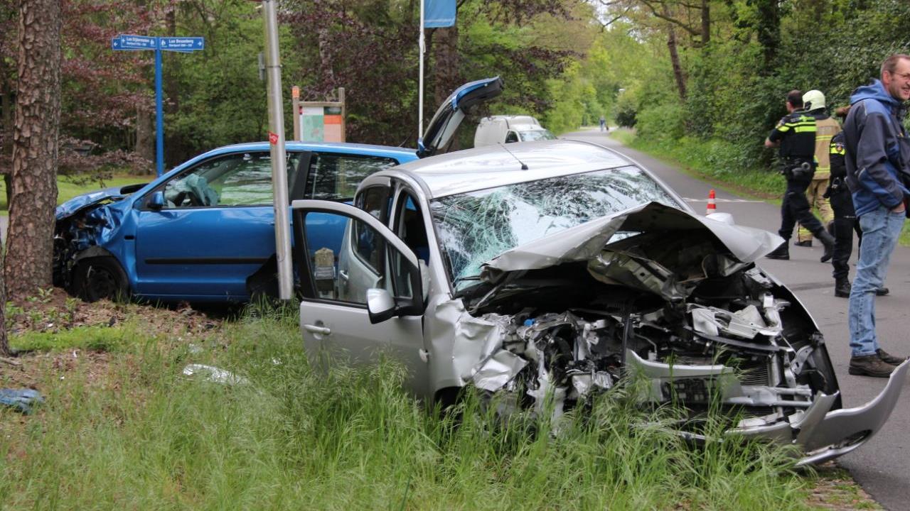 Twee gewonden en autos in de kreukels bij aanrijding in Holten.