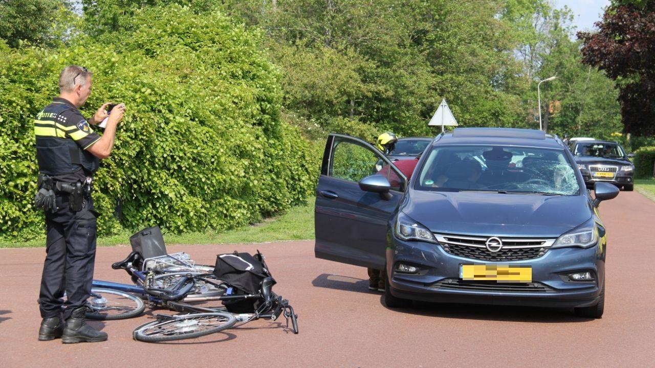 Fietsers gewond door aanrijding in Wanneperveen, traumahelikopter opgeroepen.