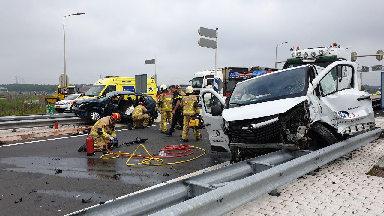 Ravage na ongeluk op N18 bij Enschede: drie gewonden.