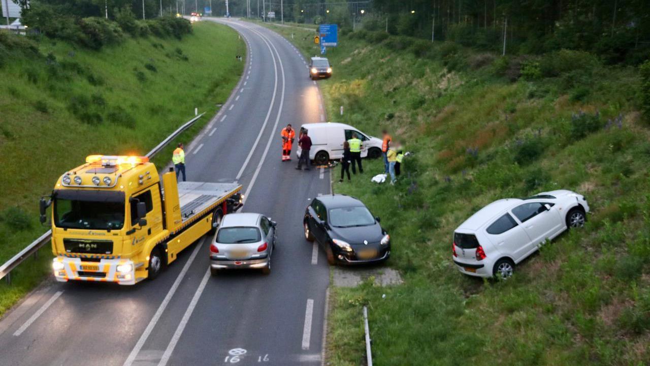 Eén gewonde bij ongeluk met vier autos op N343 bij Oldenzaal.