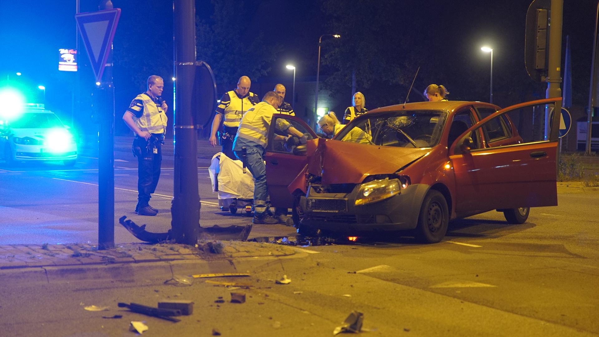 Automobilist gewond bij botsing tegen lantaarnpaal in Deventer.