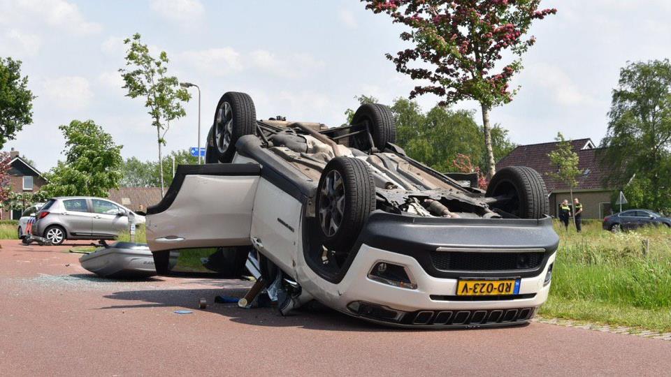 Auto slaat over de kop door aanrijding in Wanneperveen.