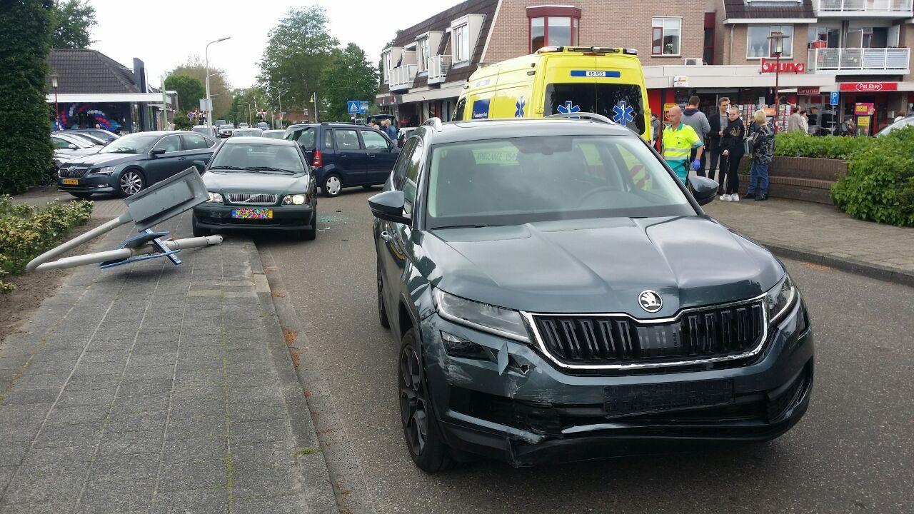 Verkeershinder in Vroomshoop na aanrijding tussen twee autos.