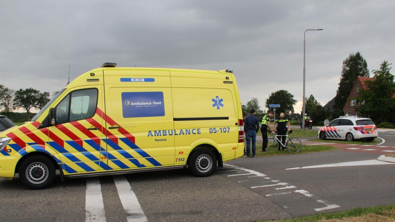 Bus komt met wielrenner in botsing in Holten.