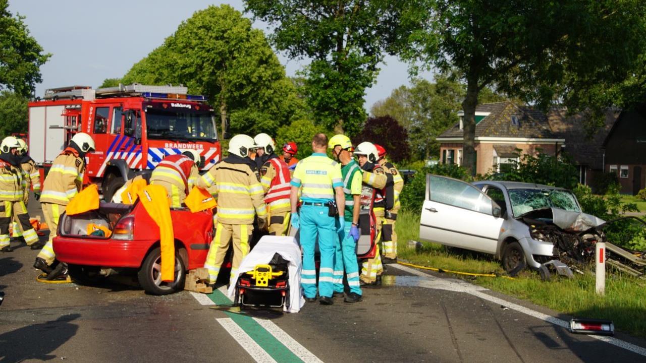 Twee gewonden bij frontale botsing op N377 tussen Nieuwleusen en Balkbrug.