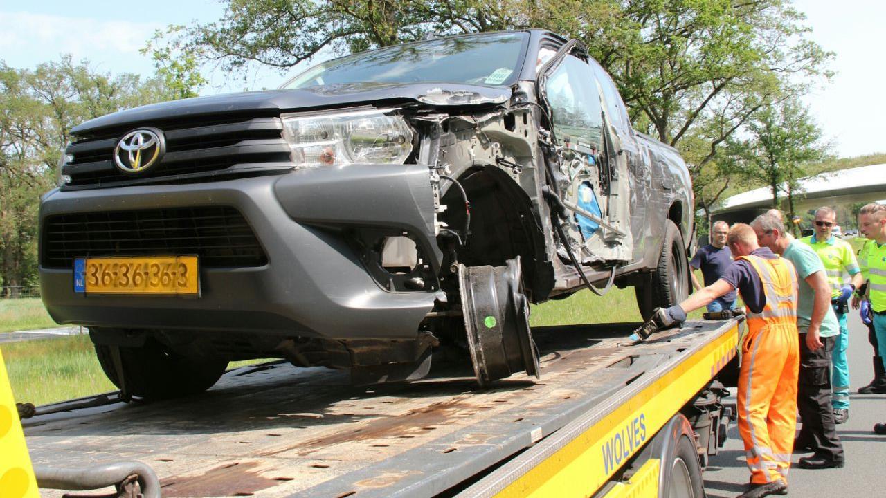 Auto loopt zware schade op na botsing met vrachtwagen op N350 in Wierden.