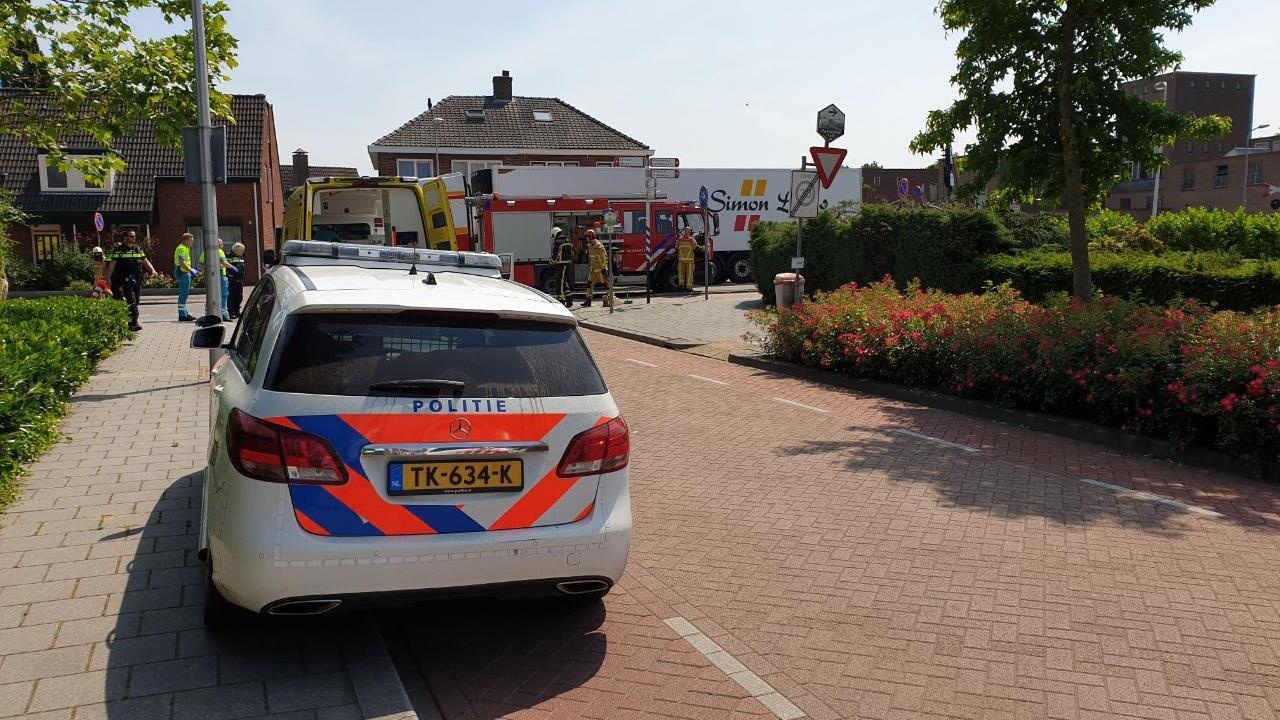 Twee gewonden bij aanrijding tussen auto en vrachtwagen in Goor.
