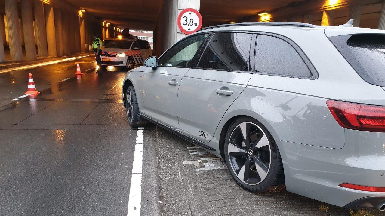 Automobilist gewond na ongeval bij Europatunnel in Hengelo.