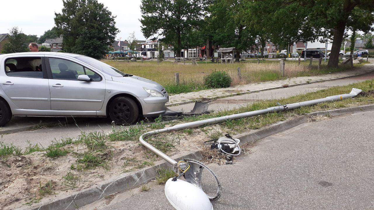 Gedrogeerde automobilist rent weg na ongeval in Bornerbroek.