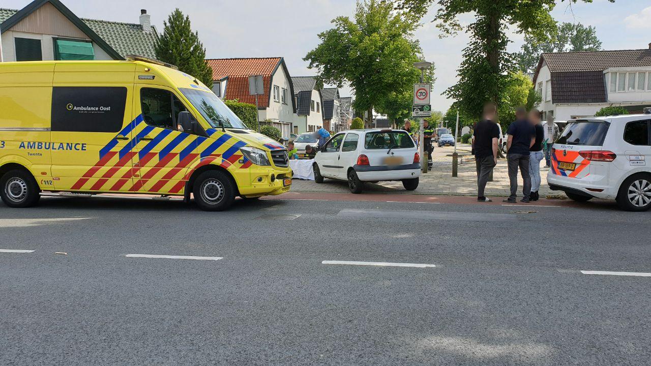 Vrouw op bromfiets gewond bij aanrijding in Enschede.