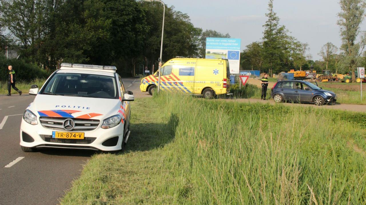 Wielrenner naar ziekenhuis na aanrijding met auto in Enter.