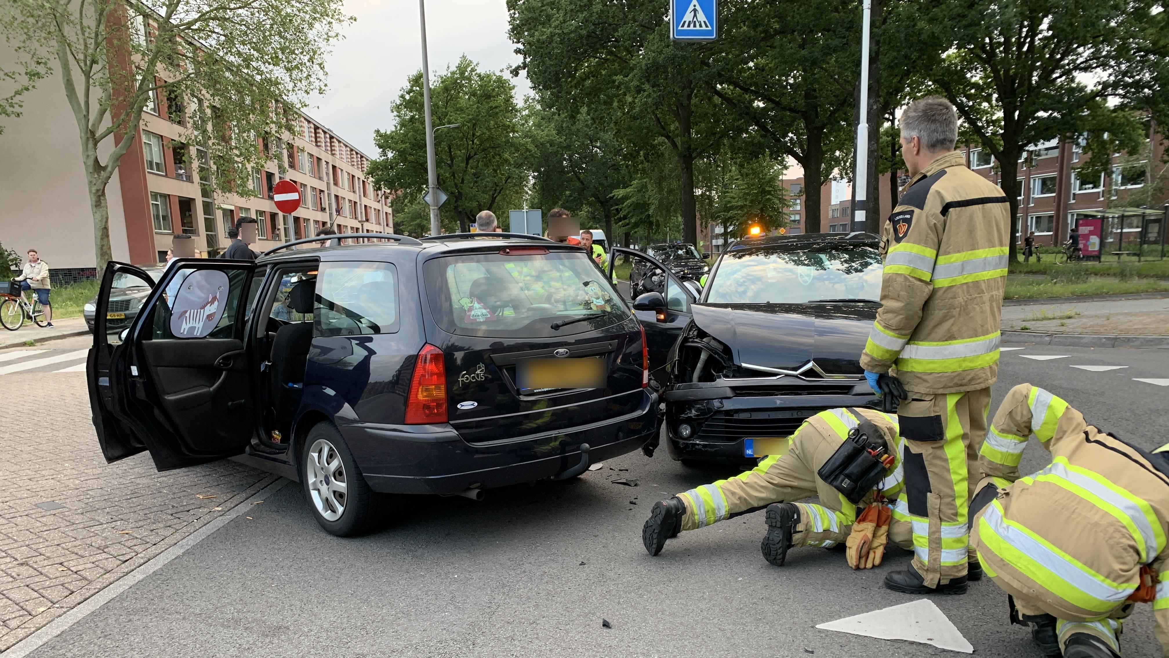 Botsing tussen twee autos Deventer zorgt voor flinke schade.