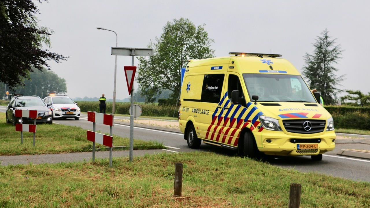 Fietser naar ziekenhuis na aanrijding in Oldenzaal.